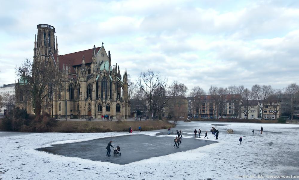 die Johanneskirche in S-West mit dem zugefrorenen Feuersee